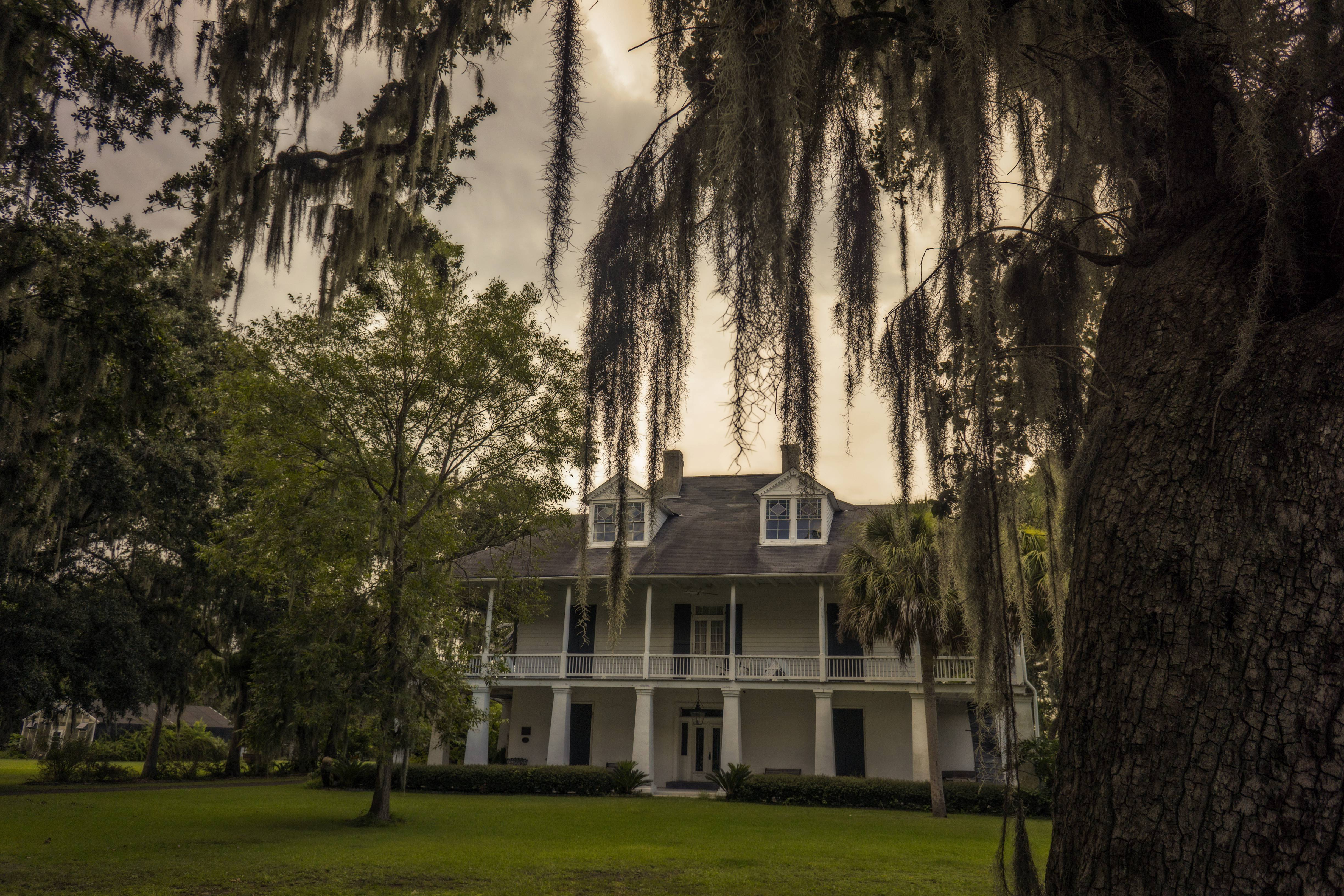 A complete view of The Kenilworth Plantation Mansion.